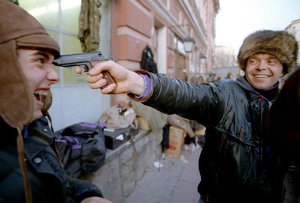 В стране разрешена продажа газового оружия, Москва, ноябрь 1992 годаВ стране разрешена продажа газового оружия, Москва, ноябрь 1992 года