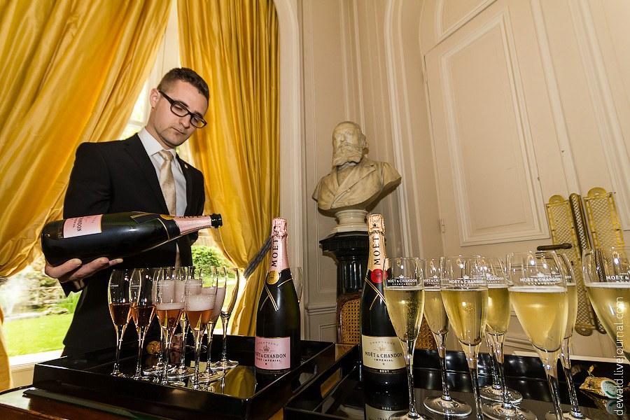 Сосет и пьет шампанское 21 фотография