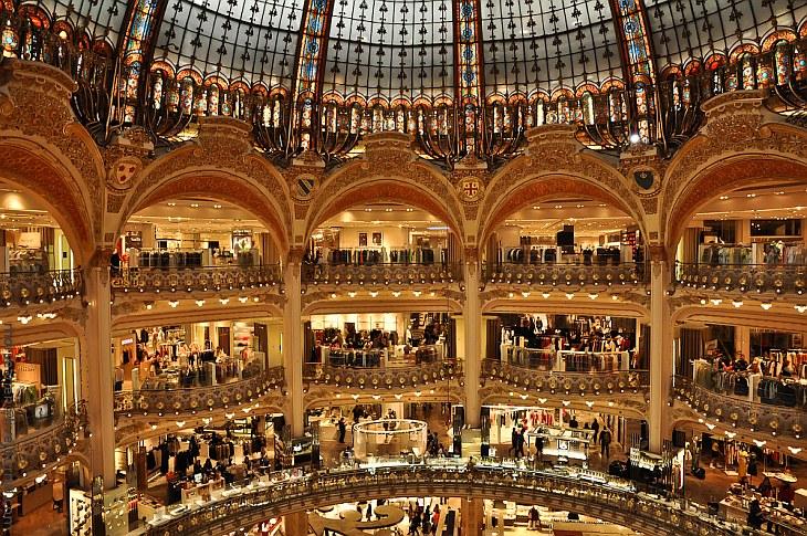 Знаменитая галерея Лафайет в Париже