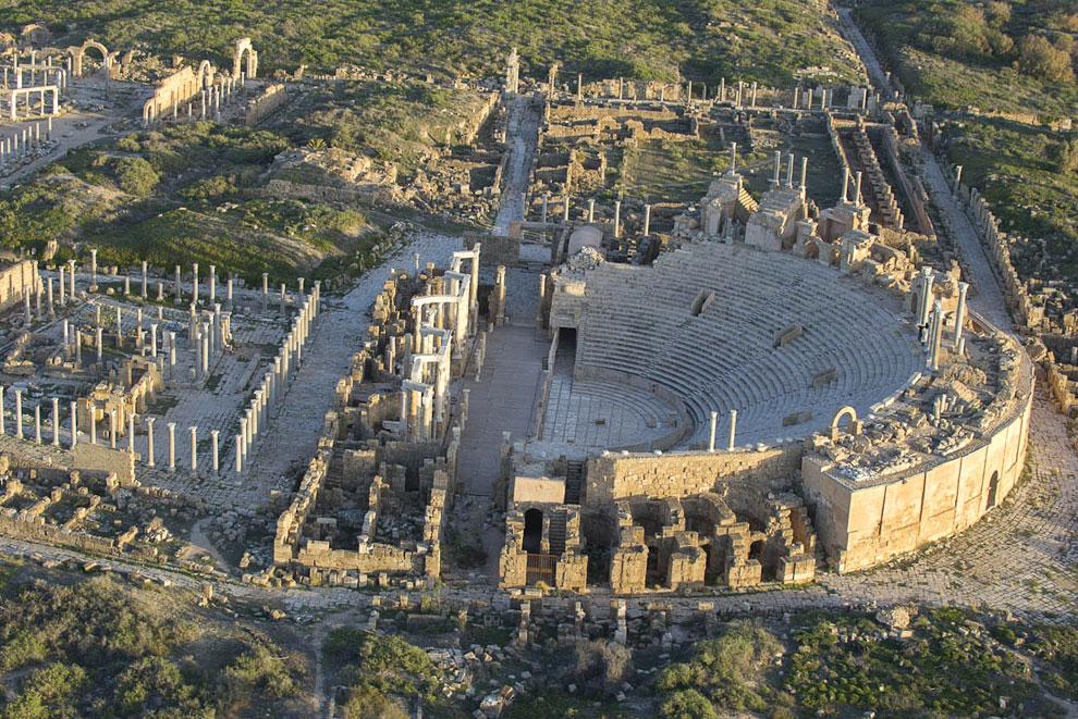 Предположительно древний город Лептис-Магна был основан около 1 100 года до н. э. Вид на бывший амфитеатр