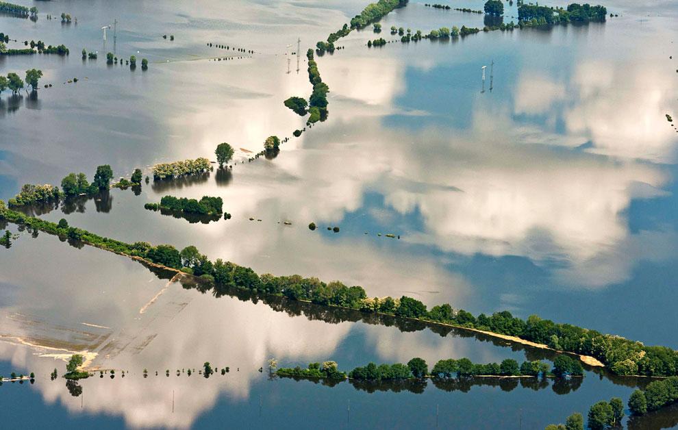 В некоторых частях Германии наводнение достигло своего пика, и в ночь на среду уровень воды поднялся до 9,63 метра