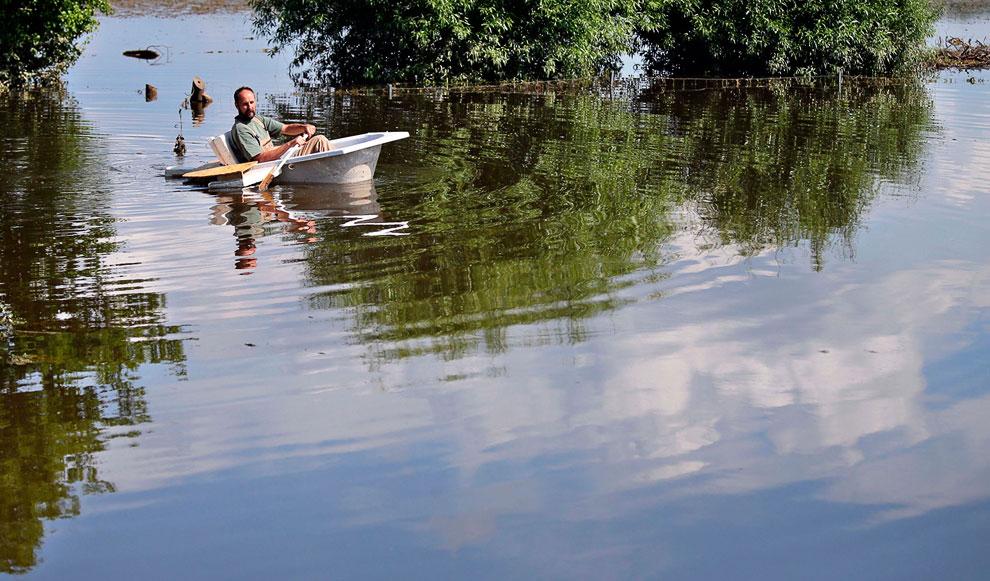 У кого нет лодок, для перемещения по дорогам Германии сгодятся и ванны