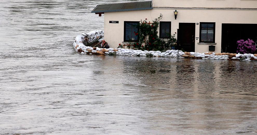 Житель возвел дамбу вокруг своего дома, Шенебек, Германия