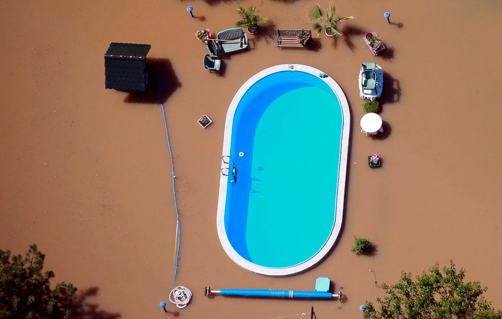 Затопленный сад с бассейном у дома