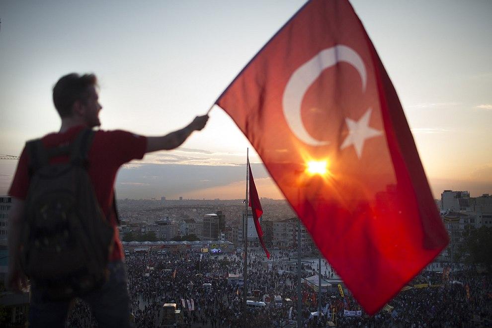 Сейчас вырубку исторического парка Гези в центре Стамбула уже говорят мало, список требований митингующих растёт не по дням, а по часам