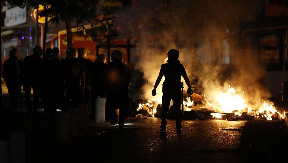 Полицейский и горящие баррикады в Анкаре