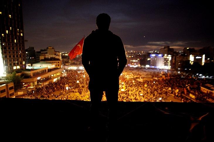Десятки тысяч человек уже 7-й день подряд не покидают центральную площадь Таксим в центре Стамбула