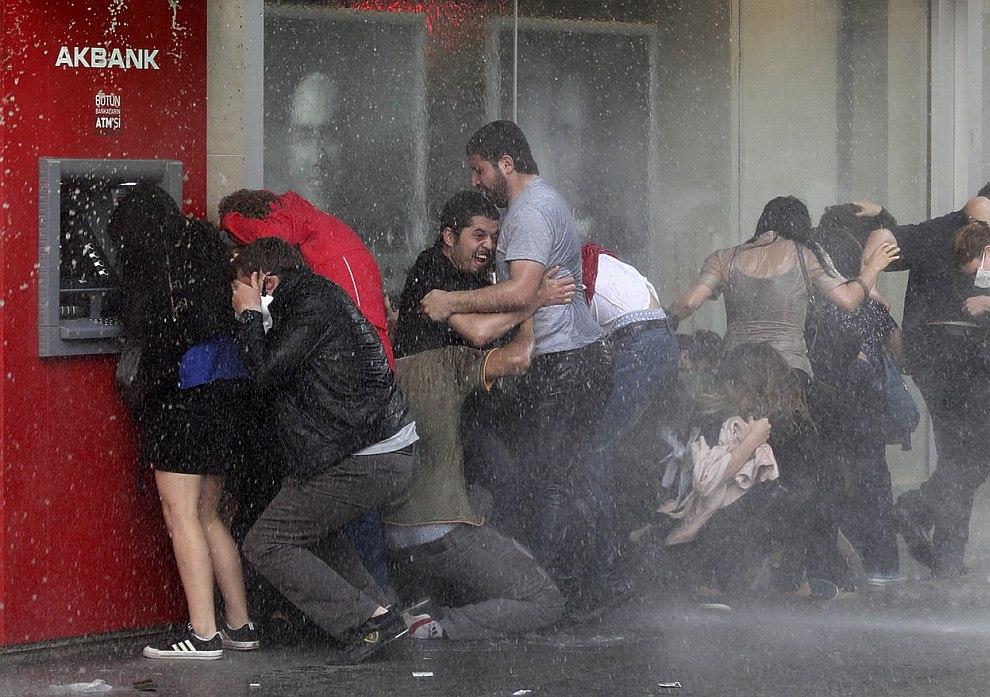 Водомет в действии. Анкара