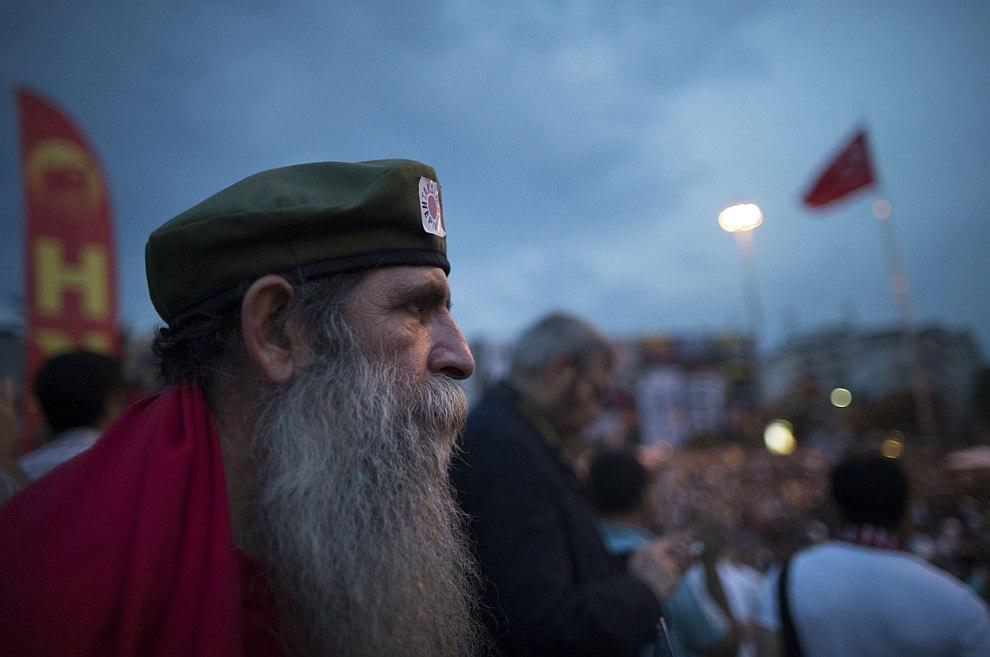 Мудрый протестующий на центральной площади Таксим в центре Стамбула