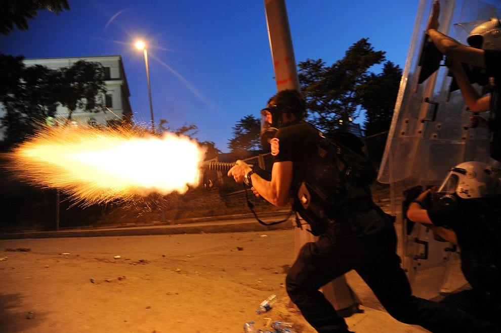 Полицейский стреляет слезоточивым газом, Стамбул
