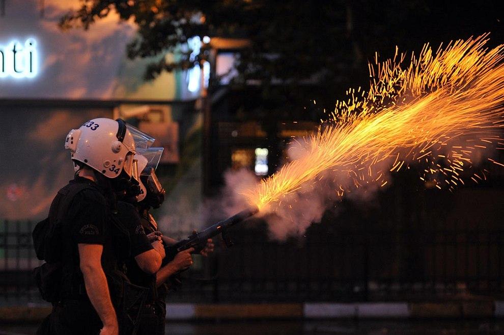 Полицейские стреляют слезоточивым газом