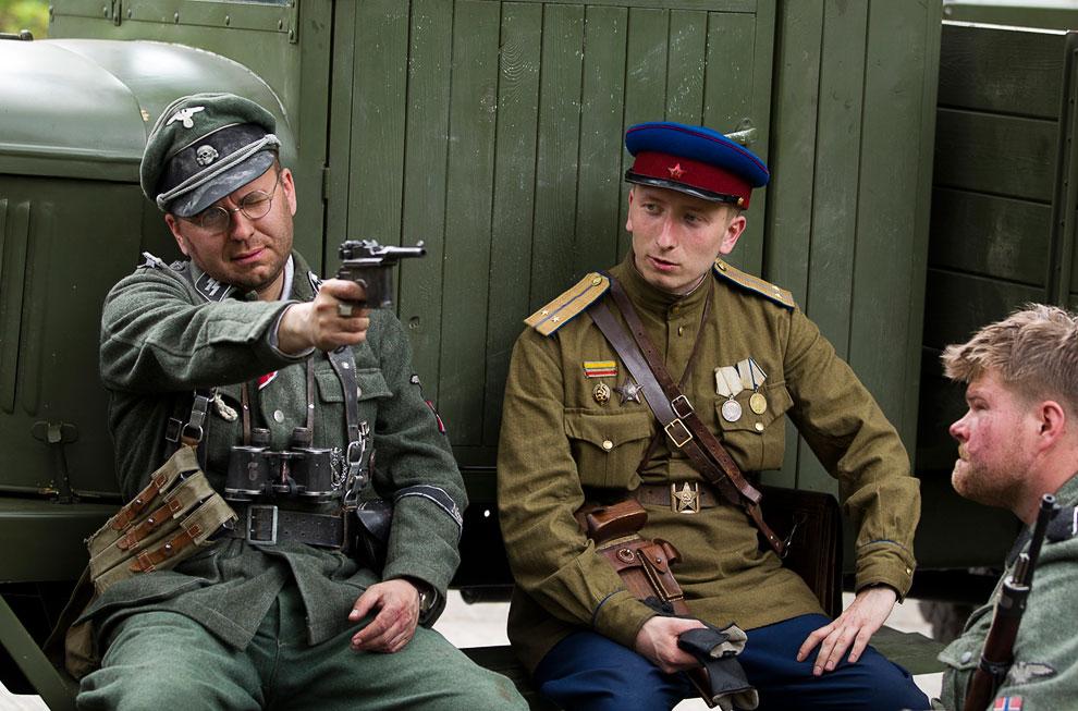 Актеры готовятся к реконструкции боев за Берлин 1945 года