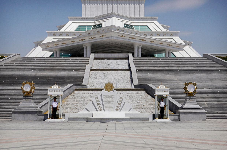 Солдаты у Монумента Конституции а Ашхабаде