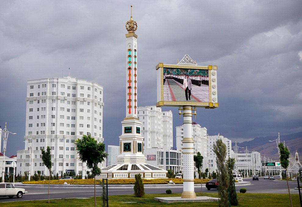 Гигантский термометр в центре Ашхабада и экран, на котором транслируются официальные церемонии