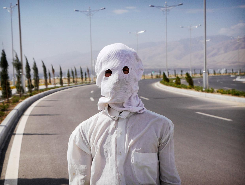 Садовник спасается от солнца в маске
