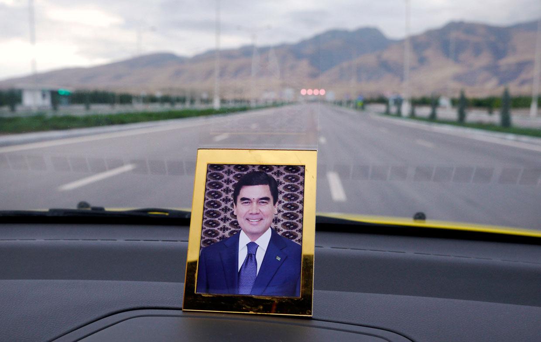 Портрет текущий президент Гурбангулы Бердымухамедова на приборной панели в такси