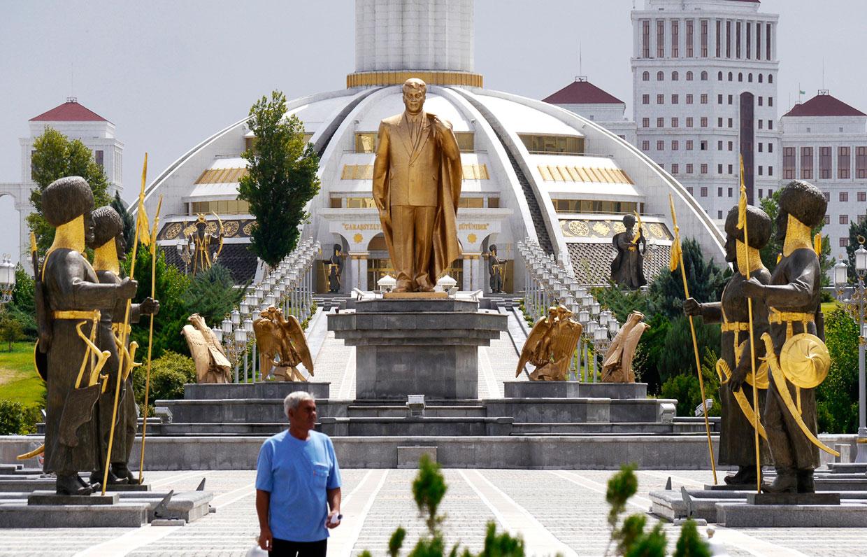 Очередной памятник Сапармурату Ниязову
