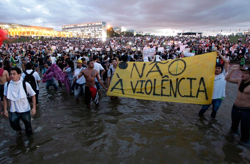 Демонстранты с плакатом «Нет насилию», город Бразилиа