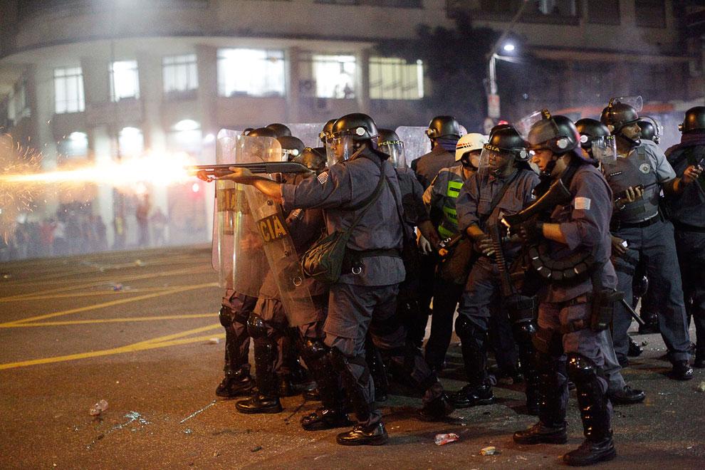 Полицейские стреляют резиновыми пулями по демонстрантам в Сан-Паулу