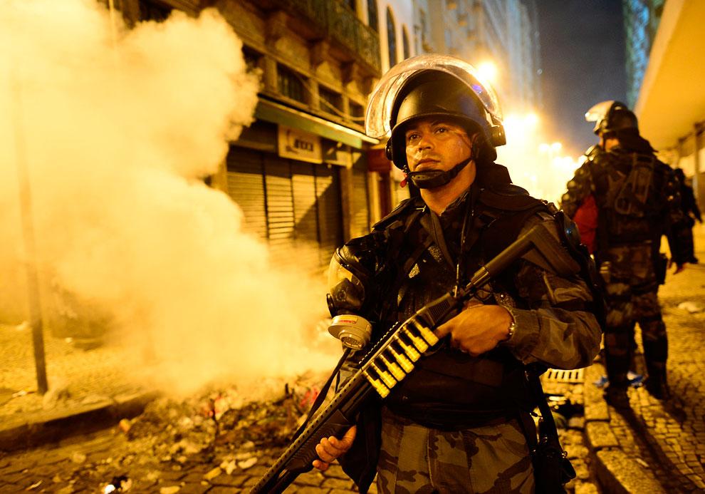 Омоновец в центре Рио-де-Жанейро