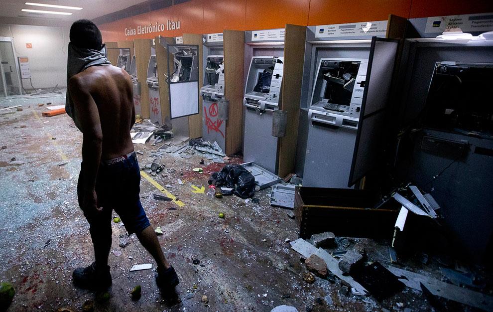 Пока люди протестуют, вандалы грабят банкоматы, Рио-де-Жанейро