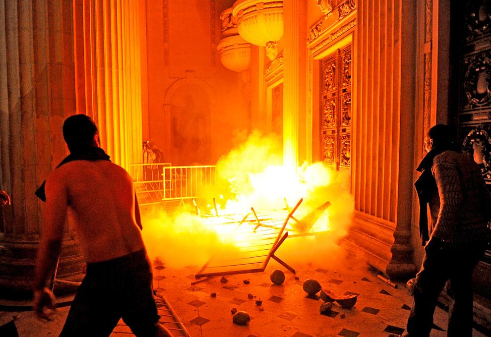 Хулиганы пытаются прорваться во Дворец Тирадентис в Рио-де-Жанейро
