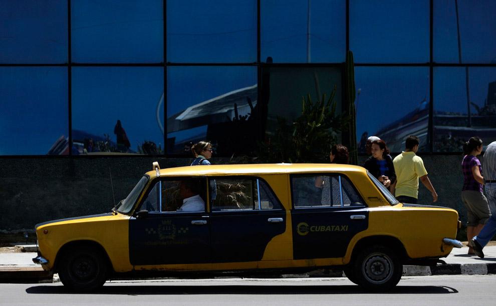 Тюнинговое такси-«копейка» на улицах Гаваны