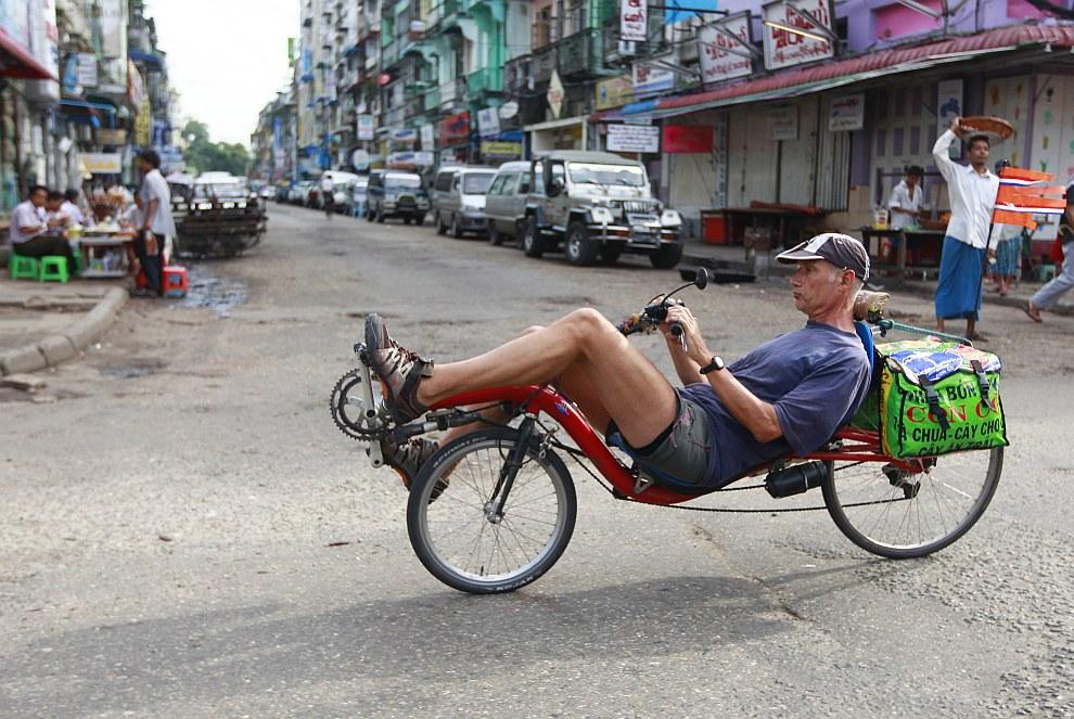 Турист из Нидерландов на велосипеде в Янгоне, Мьянма