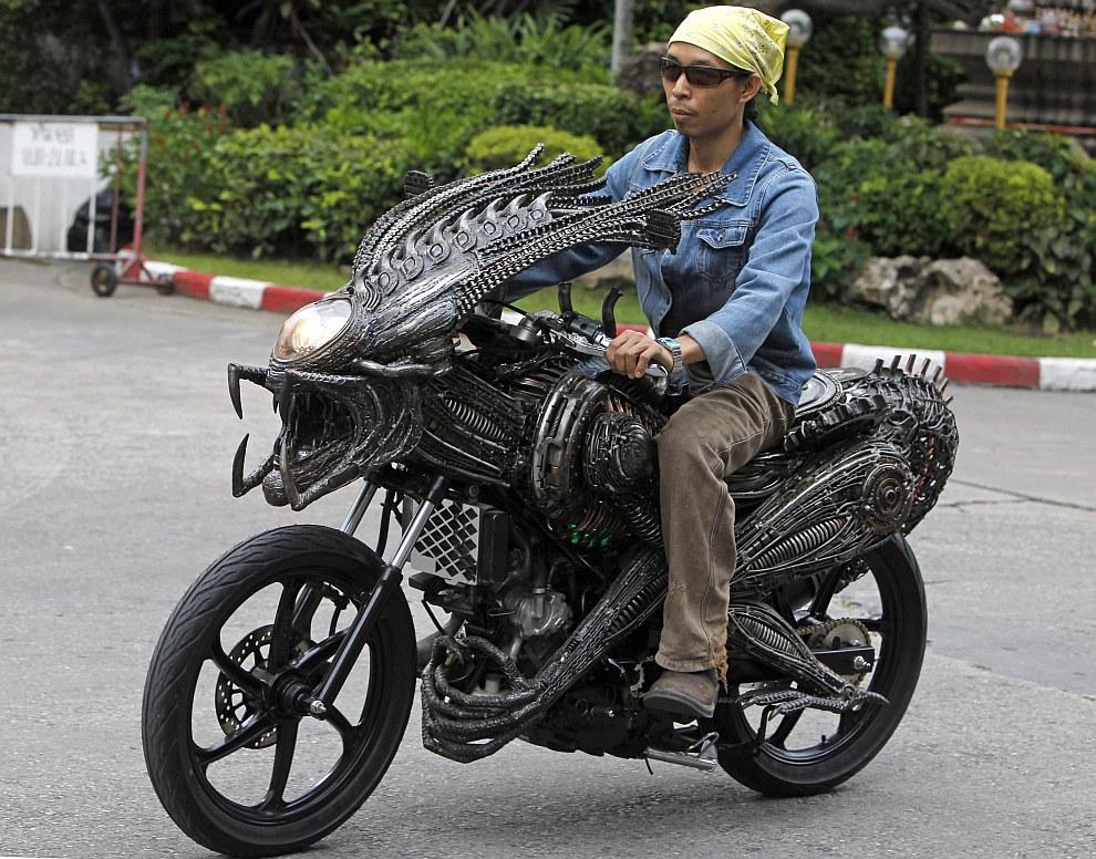 Поклонник Чужих на мотоцикле в Бангкоке