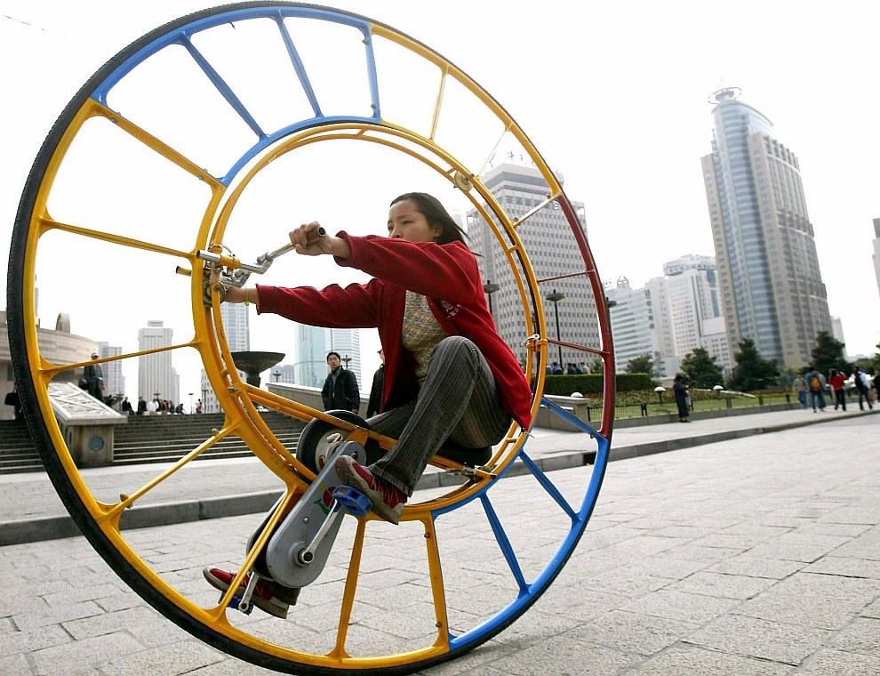 Одноколесный велосипед на улицах Шанхая