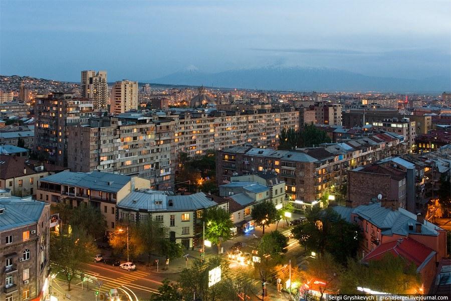 Посмотрим на Ереван сверху. Видны малый и большой Арараты
