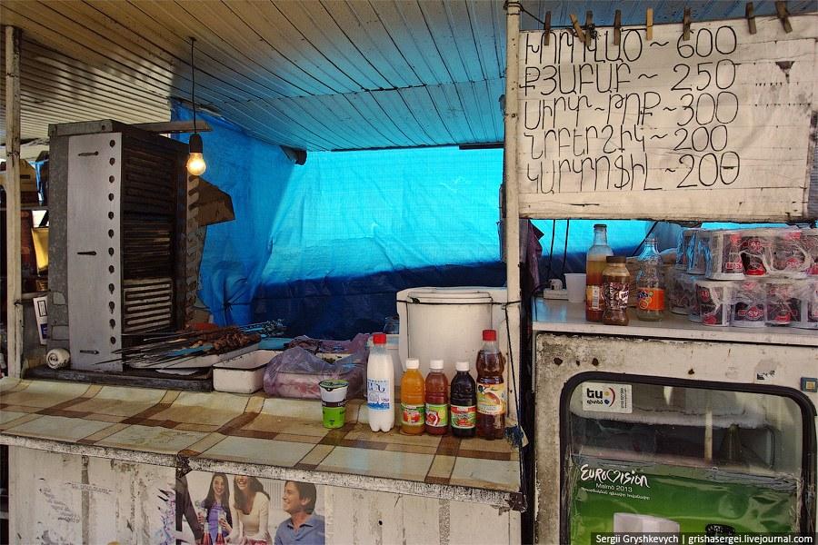 В отличии от Грузии, маленьких домашних столовок, в которых обедают местные, мы в Армении не нашли. Альтернатива ресторану выглядит вот так