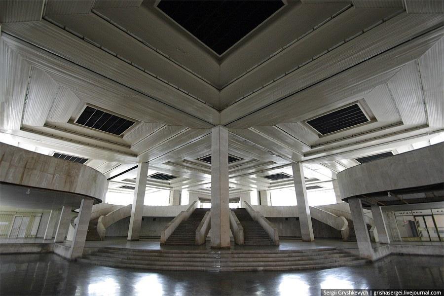 Шикарное и пустое здание автовокзала
