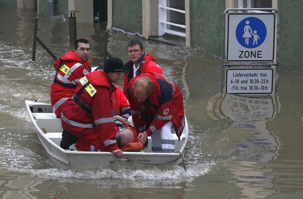 Эвакуация жильца из затопленного квартала, город Пассау, Германия