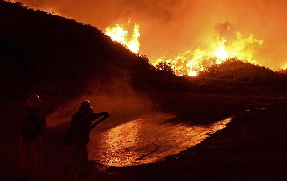 Пожарные сражаются с огнем, Калифорния