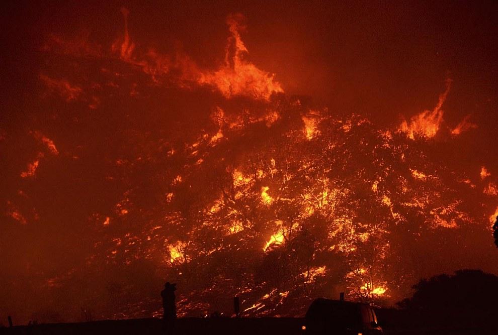 Профессия пожарного считается одной из самых опасных в мире. Трудно с этим спорить глядя на эти кадры