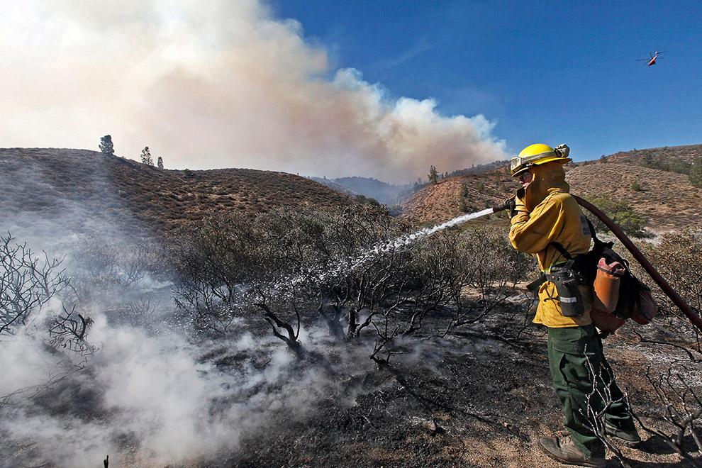 Пожарный за работой