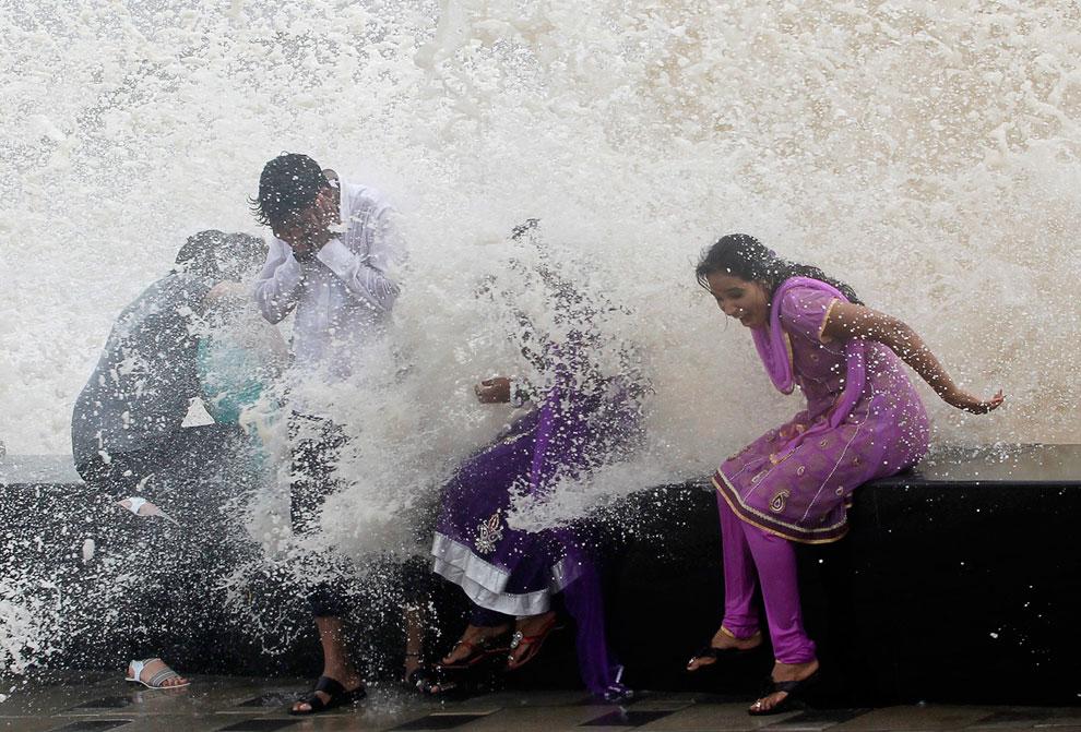 Прилив на побережье Аравийского моря в Мумбаи, Индия