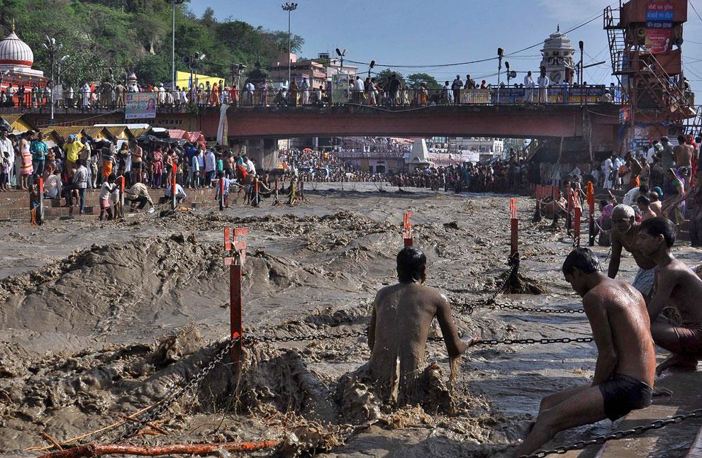 Священный Ганг — одна из самых полноводных рек Южной Азии.  Дожди вызвали разлив Ганга и ряда его притоков. Город Харидвар