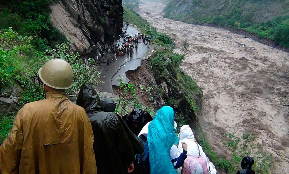 Непрекращающиеся дожди стали причиной оползней. Селевые потоки не просто уничтожают дороги, но и сбрасывают с них машины и рейсовые автобусы. Северный штат Уттаракханд