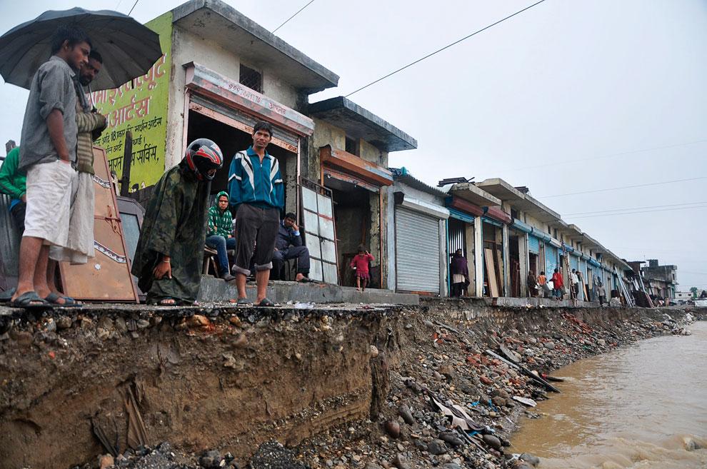В крупных городах вода размывает берега, в итоге многие жилые дома сваливаются в воду. Сотни раненых, тысячи остались без жилья. Город Дехрадун