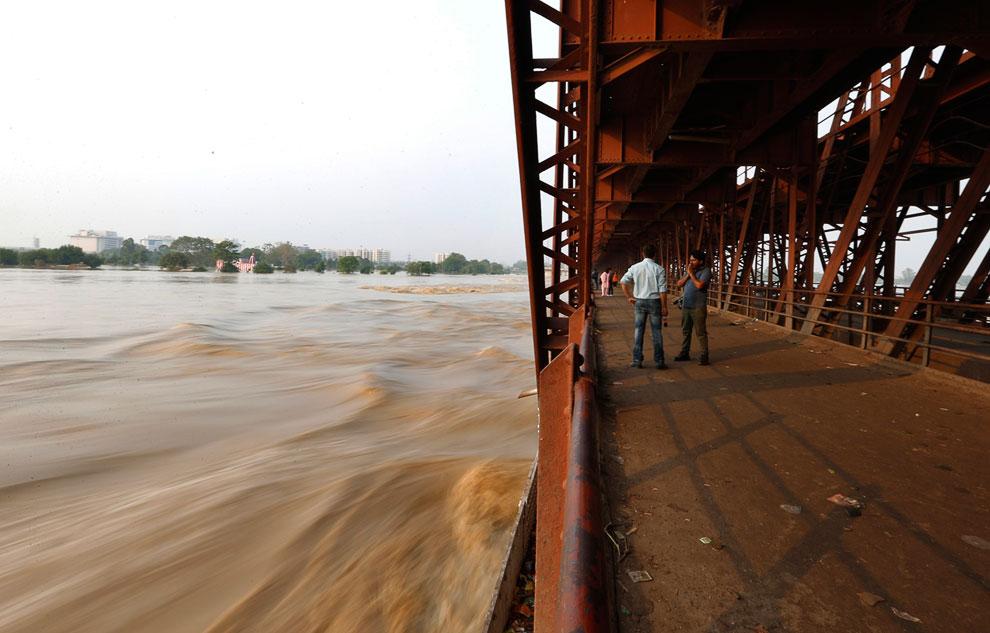 Опасно высокий уровень воды почти касается моста на реке Ямуна в Нью-Дели, Индия