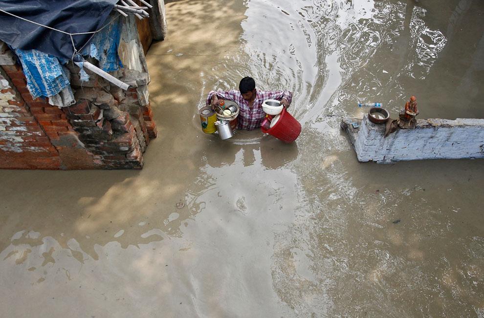 Жители спасают свои вещи, Нью-Дели