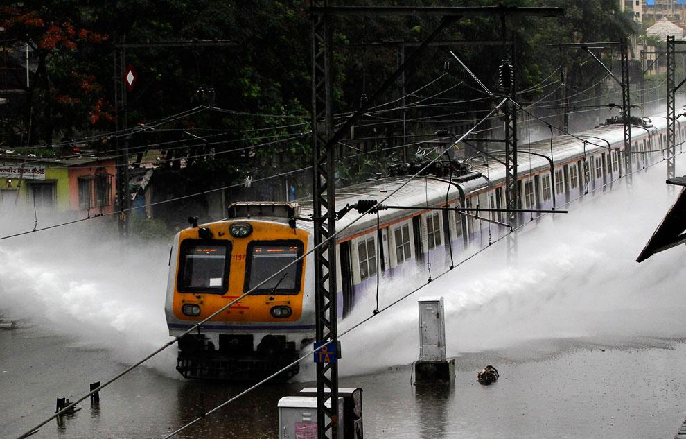 Поезда в некоторых областях стали похожи на катера. Мумбаи