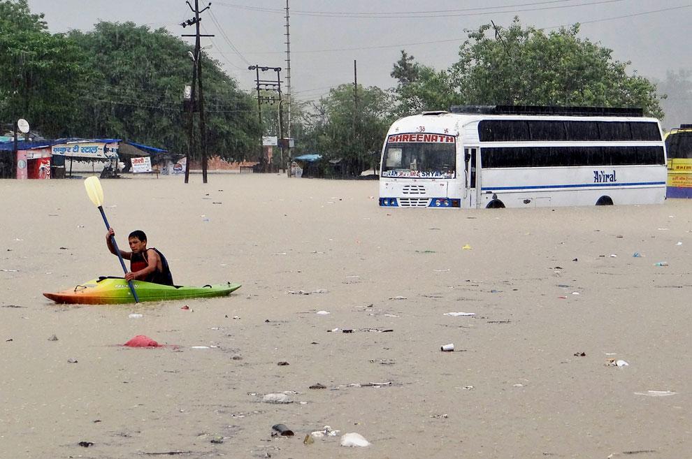 Сильнее всего пострадали Уттаракханд и Химачал-Прадеш.  Разрушены сотни домов, мосты