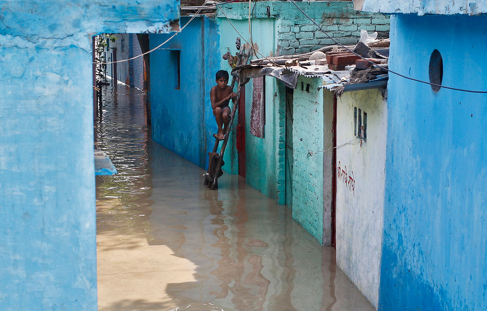 Затопленная улица в Нью-Дели