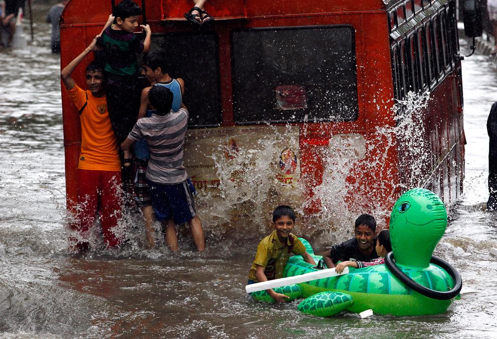 Затопленные улицы в Мумбаи