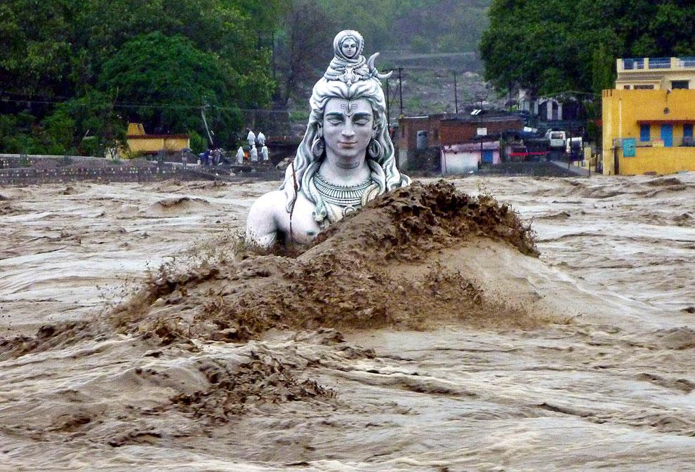Изваяние Шивы на бывшем берегу реки Ганга в Ришикеше, Индия
