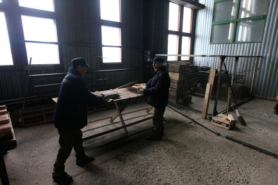 Заключенные здесь работают в деревообрабатывающем цеху, изготавливают простую мебель: тумбочки и табуретки. Красноярский край