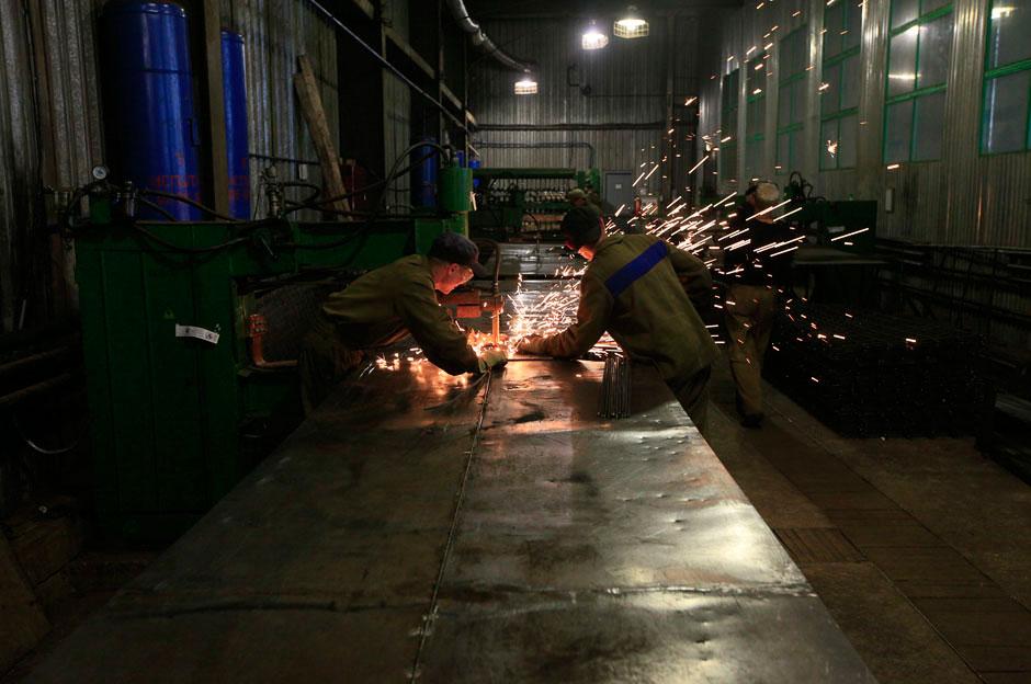 Есть в колонии и цех металлообработки, который изготавливает сетку-рабицу, гвозди, кованые изделия, производит выплавку алюминия